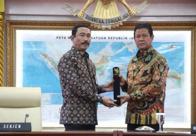 Isdianto Terima SK Plt Gubernur Kepri Dari Kemendagri