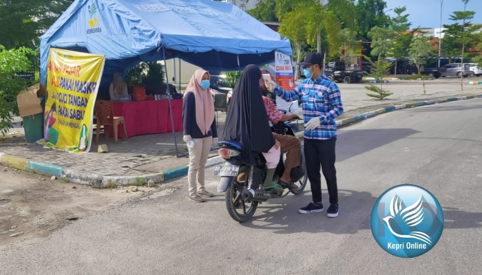 Lima Mahasiswa UNRI Bantu Satgas Covid 19 di Pasar Maimun